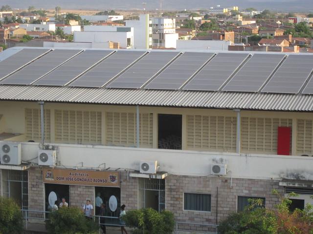 """Painéis solares foram instalados no telhado do edifício da Arquidiocese Católica, na cidade de Sousa, que abriga escritórios administrativos, um auditório e um campo esportivo.  A eletricidade gerada permite que a """"arquidiocese solar""""  - como foi apelidado - para economizar quase todos os custos de energia e, assim, expandir seu trabalho social no município de 70.000 habitantes na região nordeste do Brasil.  CRÉDITO: Mario Osava / IPS"""