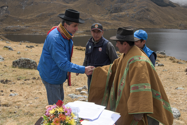 Ivan Lucich (left), executive president of the National Superintendency of Sanitation Services, participates in the signing of an agreement between the company EP Emusap and the rural communities of Micaela Bastidas and Atunpata, in the southern Andean municipality of Abancay, to implement the Mechanism of Remuneration for Ecosystem Services in the micro-watershed of Mariño, in Peru. CREDIT: Sunass