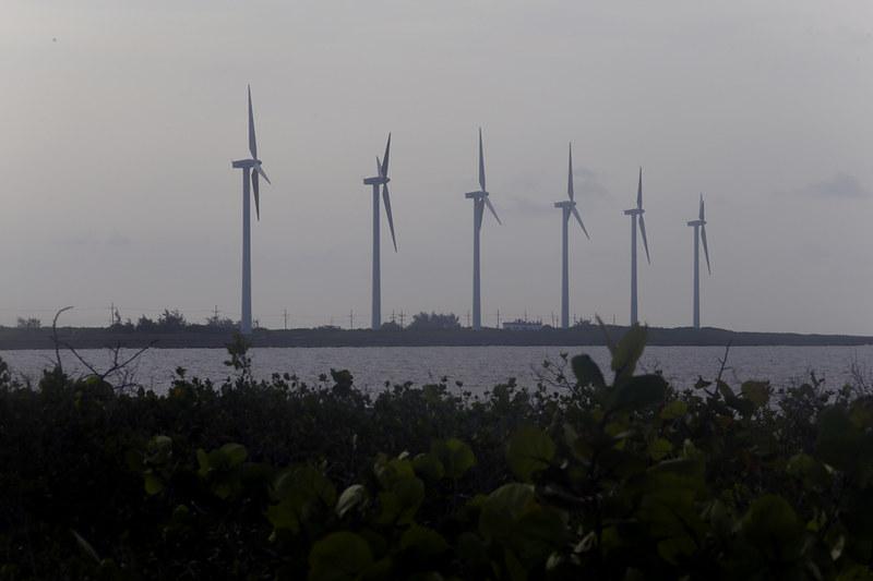 Un parque eólico ubicado cerca de la ciudad de Gibara, en la oriental provincia de Holguín.  Cuba se ha fijado el objetivo de reducir constantemente el uso de combustibles fósiles y aumentar el uso de fuentes renovables en la generación de electricidad al 24 por ciento, para el 2030. CRÉDITO: Jorge Luis Baños / IPS