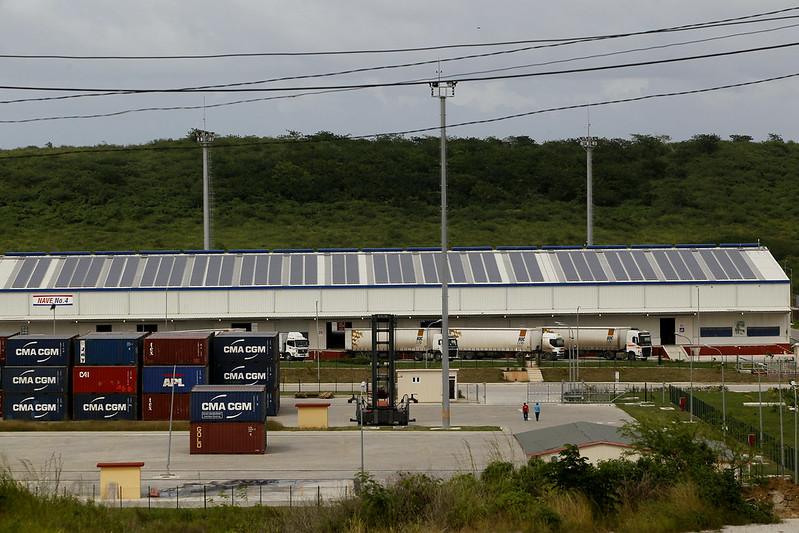 La empresa belga BDC-Log Servicios Logísticos y Transporte está optimizando su operación mediante el uso de paneles solares instalados en los techos de sus almacenes en la Zona Especial de Desarrollo Mariel, en la occidental provincia de Artemisa.  La política para el desarrollo de fuentes renovables en Cuba, aprobada en 2014, tiene como objetivo incentivar la inversión extranjera en grandes y pequeños proyectos, con el fin de impulsar la eficiencia energética y la autosuficiencia.  CRÉDITO: Jorge Luis Baños / IPS